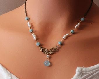 Jahrgang viktorianischen Halskette, Aqua blau Chalcedon, Juni Birthstone weissen Süsswasserperlen, dekorative Messing-Draht gewickelt NGRA