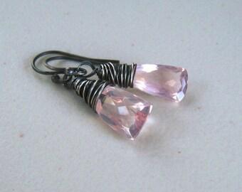 Boucles d'oreilles roses pâles, minimaliste au quotidien bijoux, boucles d'oreilles Quartz Rose, fil enroulé en argent Sterling