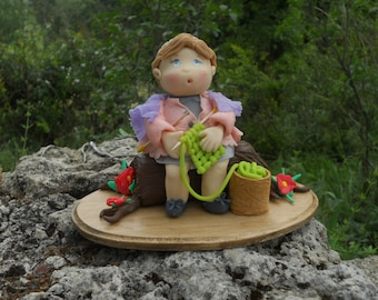 Mamie tricote, figurine en porcelaine froide