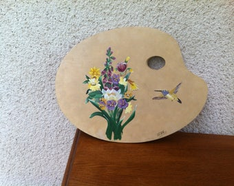 Palette painter with a hummingbird and flower bouquet