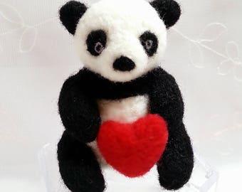 Cute Panda wears a heart Feutreesculptures woolen needle