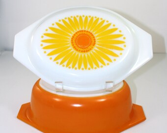 Vintage Pyrex Daisy Oval casserole dish with Daisy cover