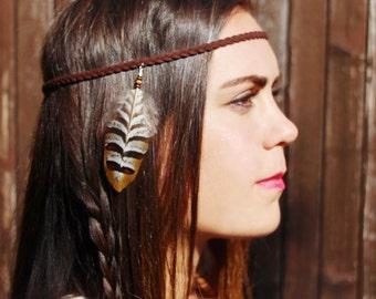 """headband """"squaw"""" - bijoux de tête - accessoires cheveux - cuir tressé marron -plume pour cheveux -plume marron / caramel / blanc -amérindien"""