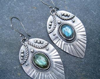 Labradorite et argent Sterling Dangle boucles d'oreilles goutte - paon bleu de style vert flash gras boucles d'oreille plume, tribal, ethnique, en argent oxydé