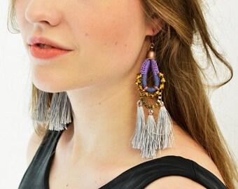 Boucles d'oreilles grand Hippie, bleu roi et gris, Boho boucles d'oreilles, boucles d'oreilles de Style aztèque, longues boucles d'oreilles, boucles d'oreilles Tribal, gris pompons
