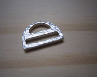 Half buckle in metal silvery hammered ring