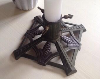 Christbaumständer mit schönem Zapfendekor aus schwerem Metall