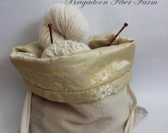 Hand woven project bag, 2 innre pockets, silk lining, wool shell, green cream, gold.