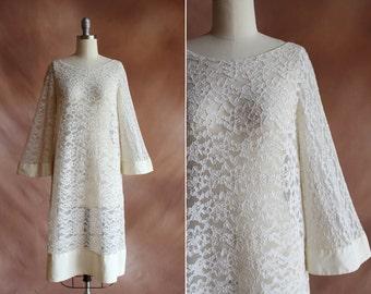 années 1960 blanc pure dentelle & satin robe avec manches ange en vrac / taille s - m