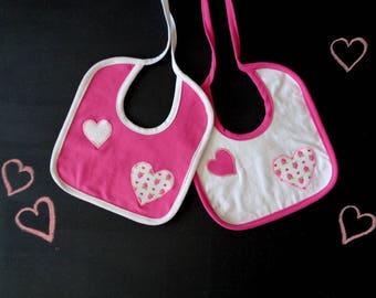Lot de deux bavoirs, rose coeur blanc, fraise applique bébé shower, coordonné bavoirs, tenue de fraise, nouveau-né fille, shower de bébé princesse