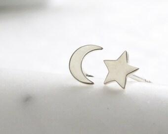 Halbmond und Stern Ohrstecker • zierliche Mond und Stern • kleine Ohrring Beiträge • einfache Minimal Ohrringe • himmlischen • Stud Ohrstecker