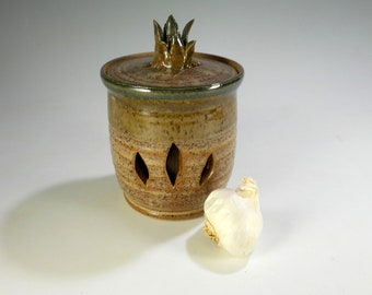 Ceramic garlic keeper jar, pottery garlic kitchen canister, stoneware garlic jar with lid, ceramic garlic canister, garlic storage jar