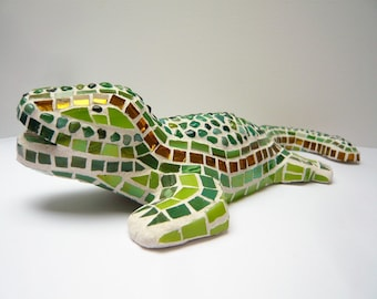 The lizard in 3D tones green and gold mosaic sculpture