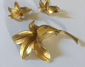 Gorgeous Coro signed gold brooch and earring set!