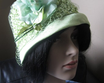 Green Floral 1950s Cloche Hat, Peach Basket Hat,  Vintage Green Straw weave hat, With Green Rose, Excellent Condition