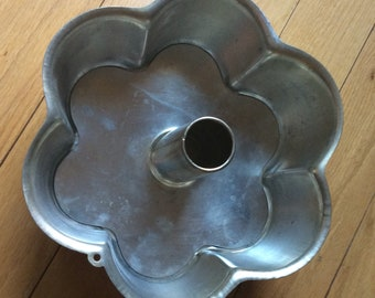 Rare mid century flower shaped bundt pan. Heavy aluminum bundt pan with removable bottom. Flower shaped bundt cake pan. Kitsch.