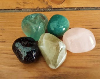 Heart Chakra crystals set - 5pc Reiki charged tumbled stones - Garnet fluorite rose quartz green aventurine prasiolite - healing balancing