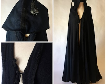 Hooded Wool Black Long Cape Coat Medieval Costume Party Maxi Tailcoat Fairy Witch Tassel Hood Renaissance Faire Stage Acting Theater LARP