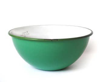 Dark Green and White Enamelware Bowl, 1930's-1940's Metal Measuring Bowl, Pint Size, 4 Cup Capacity, Vintage Rustic Farmhouse Kitchen Decor