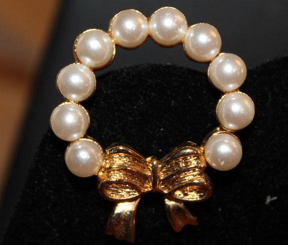 BROOCH Vintage Christmas Wreath Pin   Pearls Gold Metal Retro 1950s
