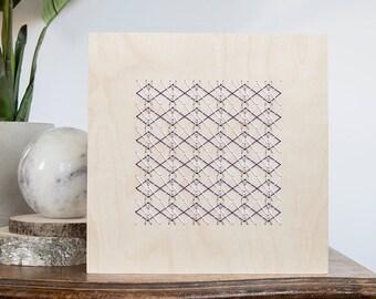 Argent, blanc et violet géométrique piquer motif sur 8 « x 8 » naturel panneau bois bouleau. Design modern de broderie. Décoration de la maison bois broderie