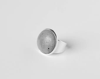 Ring with inlay of concrete