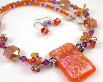 GRANDES DÉMARQUES - lumineux Orange Magenta Jaune fil amas de cristaux sur un collier de perles en verre fusionné dichroïque