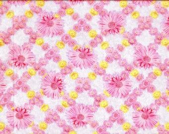 Tissu imprimé de gerberas roses sur un treillis jaune et rose, fond bleu-mauve