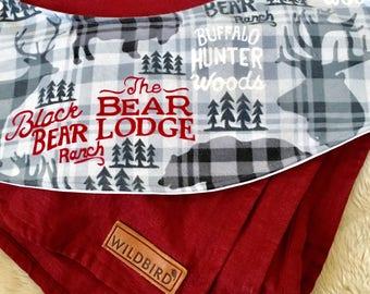 Bear Lodge Oliebib - babywearing bib and burp rag, full coverage and waterproof!