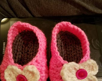 Baby girl booties, size 0-6 months, pattern by crobypatterns.com