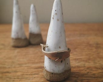 Speckled white and brown cone triangle ring holder