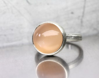 Minimalistic Peach Moonstone Ring Silver Pale Orange Gemstone Band Simple Lunar Bezel Design Subtle Statement Gift Idea Her - Pfirsichmond