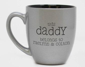 Ce papa appartient, Mug, fête des pères, fête des pères cadeau pour papa, Mug personnalisé, cadeau personnalisé, Mug, tasse en céramique--27171, gravée-CM06-102