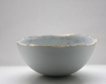 Bol en grès porcelaine Parian canard oeuf bleu avec jantes or mat intérieur mat et cristaux.