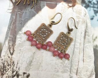 DANCING QUEEN. Handmade earrings with Bohemian pendant and strawberry quartz edelsteentjes.