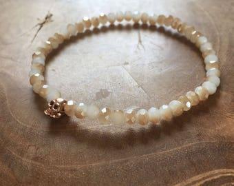Honey faceted Skull: elastic beaded bracelet with rosegold skull and honey glass beads. metallic, facet, rosegoldtone, skull, rock, edgy