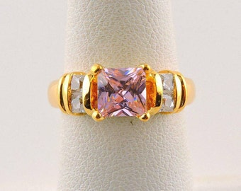 Size 6 Gold Tone 1.25ct Pink Princess Cut Rhinestone Ring With Accent Stones