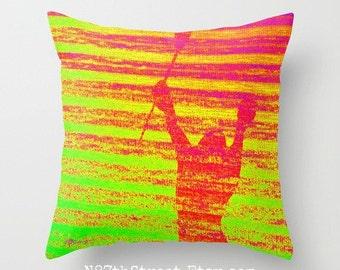 """LACROSSE joueur 16 """"X 16"""" taie d'oreiller. Photo d'Art par TMCdesigns. Vert, jaune, Orange, rose. Funky. Sports. Athletic. Adolescents. Victoire. Bâton de"""