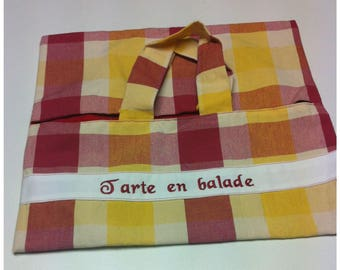Pie bag in plaid fabric lined with red fabric.