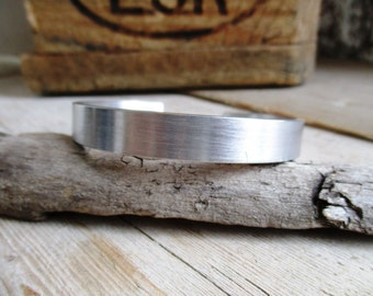 HANDMADE Handgemaakte smalle 1 cm brede aluminium bangle armband (op maat gemaakt)