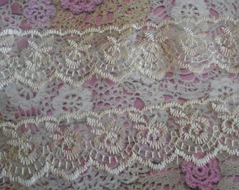 Scalloped length of the 2 sides 2,00 ivory lace embroidered flowers polyester 4,00 cm width