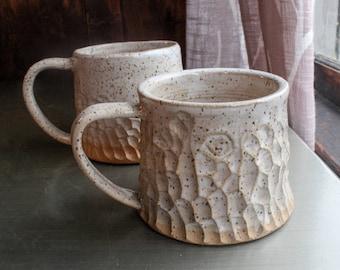 Paar Kaffeetassen - gesprenkelte weiße Steinzeug