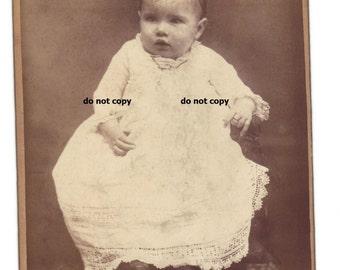 Baby Baby Ring, Schrank-Karte Foto, antike Fotografie, ausgefallene weißes Kleid, Vintage-Fotografie