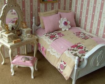 Miniature dollhouse patchwork bed set, 1/12 scale, handmade, 6 pieces, double bed size, pink/beige/floral, dollhouse bedding, Miniature.