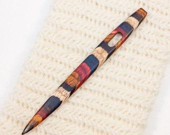 Nalbinding à l'aiguille avec grand oeil - rouge, bleu, blanc et jaune rayé bois - W246