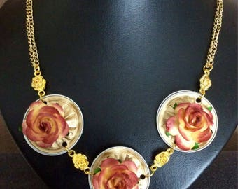 Necklace with 3 aluminum hangers with flowers