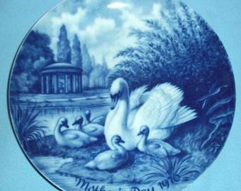 """Kaiser Porcelain 1976 Mother's Day Collectors Plate """"SWAN and CYGNETS', Toni Schoener, Artist"""