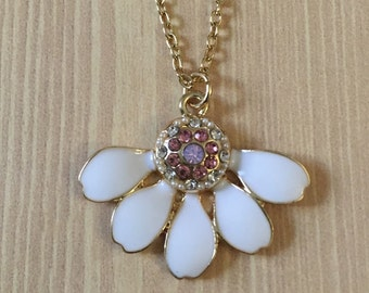 Gorgeous white daisy necklace