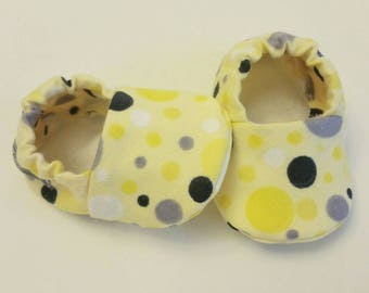 Baby Booties, Baby Gifts, Baby Crib Shoes, Baby Moccs, grey and yellow Baby Shoes, Polka Dot Baby Slippers, Yellow and Grey Slippers, Gray