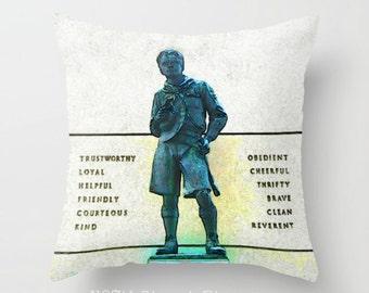 """Housse de coussin Boyscout 16 x 16"""". Photo d'Art. Patriotique. AUX ÉTATS-UNIS. Drapeau américain. Liberté. Décor à la maison. Eagle Scout. Louveteau. Scoutisme."""